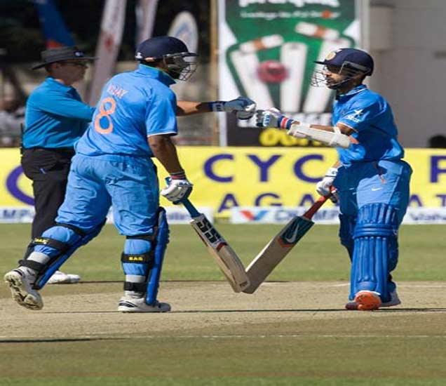 अर्धशतकाच्या भागिदारीनंतर राहणे आणि  मुरली विजय. - Divya Marathi