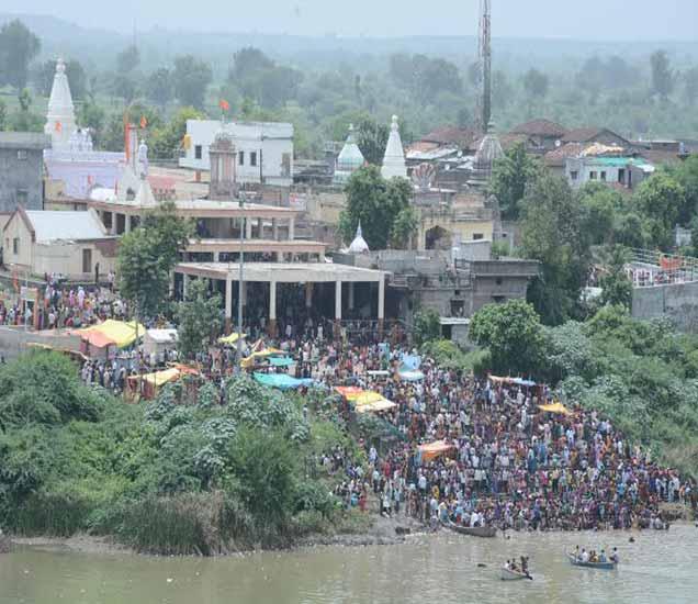 मंदिराचा परिसभर भाविकांच्या उपस्थितीने असा फुलला होता. - Divya Marathi