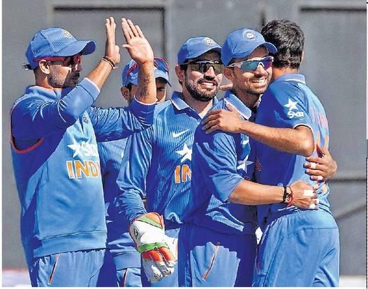 झिम्बाब्वे विरूध्द दुसरा वन डे जिकल्यानंतर आनंद साजरा करतांना भारतीय खेळाडू - Divya Marathi