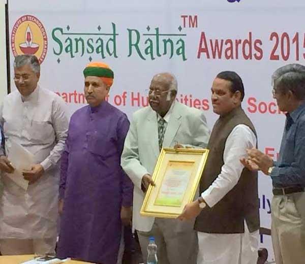 आयआयटी मद्रास (चेन्नई) येथे झालेल्या कार्यक्रमात सुप्रीम कोर्टाचे न्यायाधीश डॉ. ए. आर. लक्ष्मणन यांच्या शुभ हस्ते बारणे यांना पुरस्कार देवून सन्मानित करण्यात आले. - Divya Marathi