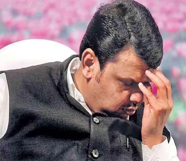 भाजप मंत्र्यांवरील भ्रष्टाचाराचे अाराेप व मित्रपक्षाकडून काेंडीत पकडण्याचे हाेत असलेले प्रयत्न या पार्श्वभूमीवर अधिवेशनाला सामाेरे कसे जावे, या चिंतेत मुख्यमंत्री रविवारी दिसले. - Divya Marathi