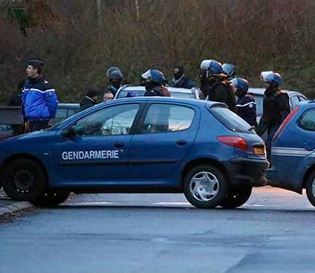 पोलिस ओलिसांना सोडवण्याचा प्रयत्न करत आहेत. - Divya Marathi