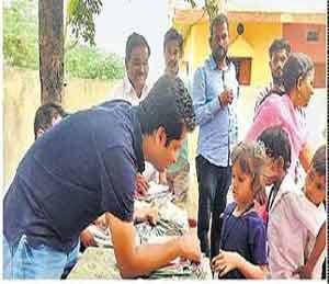 मुलांना शैक्षणिक साहित्याचे वाटप करताना ग्रुपचे निशाद माने इतर - Divya Marathi