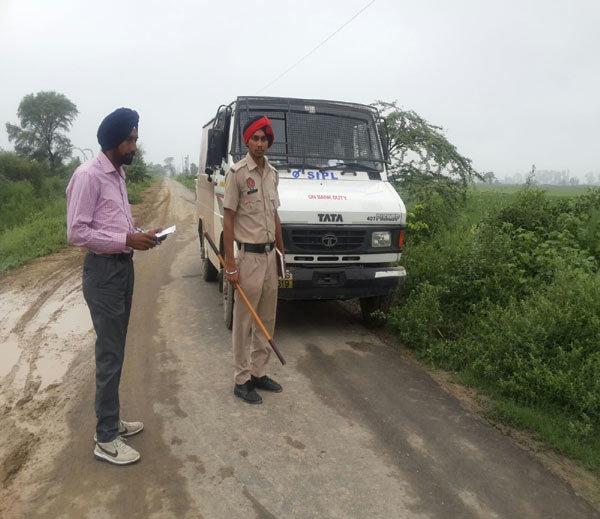 घटनास्थळाची पाहणी करताना पोलिस. - Divya Marathi