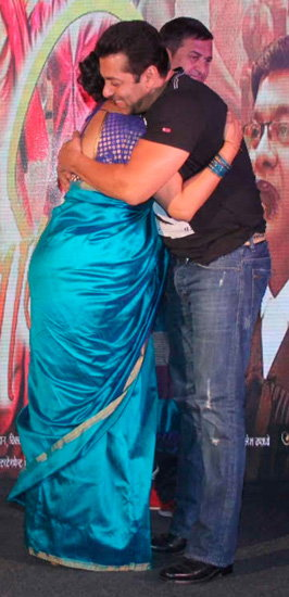 मराठी सिनेमाच्या लाँचिंगला आपल्या 'ऑनस्क्रिन भाभी'ला या अंदाजात भेटला सलमान खान| - Divya Marathi