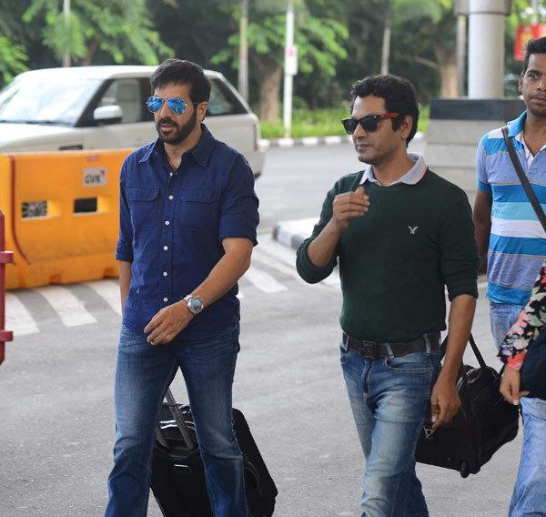 दिल्लीला रवाना झाली 'बजरंगी भाईजान'ची टीम, मुंबईत एअरपोर्टवर स्पॉट झाले स्टार्स| - Divya Marathi