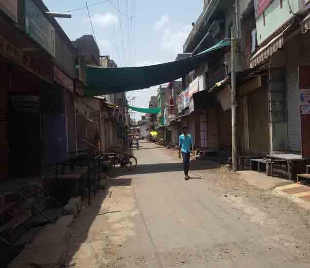 कारंजा शहरात संचारबंदीमुळे बंद असलेली दुकाने. - Divya Marathi