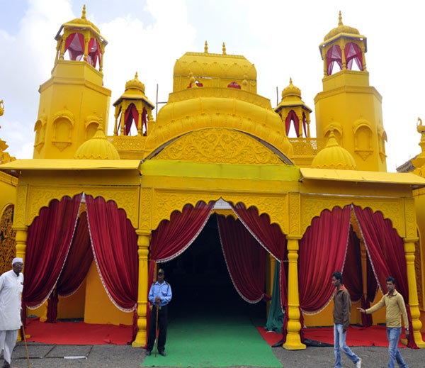 साधुग्राममध्ये अखाड्यांसाठी बनत असलेला लग्झरी टेंट... - Divya Marathi