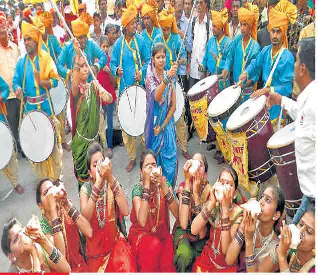 कुंभ पर्वाचा शंखनाद... हिंदू धर्मकार्याचा प्रारंभ शंखनादाने करण्याची परंपरा प्राचीन काळापासून चालत अालेली अाहे. सिंहस्थ कुंभ पर्वाच्या पूर्वसंध्येला पुराेहित संघातर्फे नाशिकमध्ये काळाराम मंदिराच्या पूर्व दरवाजापासून काढण्यात अालेल्या धर्मध्वजा शाेभायात्रेत तरुणींनी केलेला हा शंखनाद अाकर्षणाचे केंद्रबिंदू ठरला. - Divya Marathi