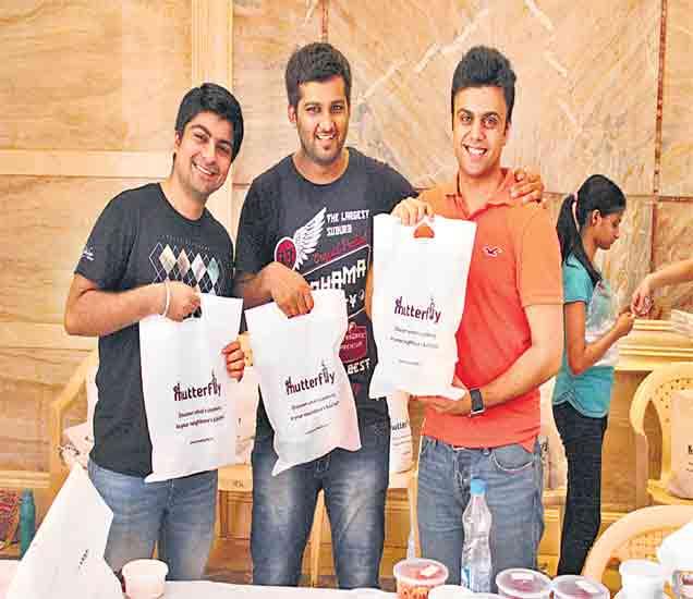 अक्षयच्या (ऑरेंज टी-शर्ट) टीममध्ये ४ सदस्य आहेत. - Divya Marathi
