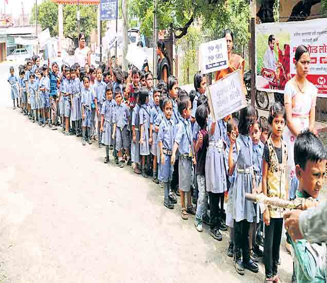 मालेगावातील दिशा पब्लिक स्कूलच्या चिमुकल्यांनी सोमवारी दिंडी काढून जनजागर केले. - Divya Marathi