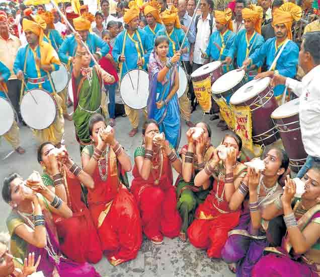 कुंभपर्वाच्या मिरवणुकीत  पारंपरिक वेशातील पुरुष, महिला, बालक - Divya Marathi