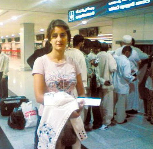 ओळखा पाहू : ही चिमुकली आहे बी टाऊनची आघाडीची अभिनेत्री, आज आहे 32 वा B\'day  - Divya Marathi