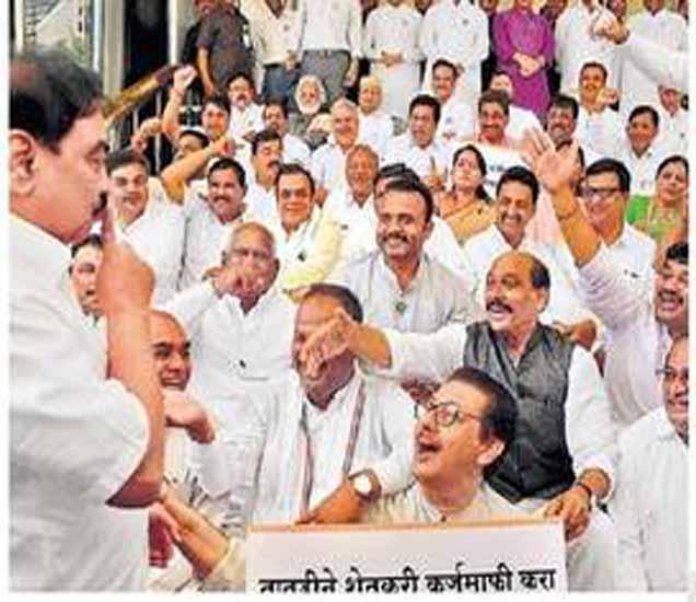 पायऱ्यांवर अांदाेलन करणाऱ्या विराेधकांना गप्प बसवण्याचा प्रयत्न करणारे महसूलमंत्री खडसे. - Divya Marathi