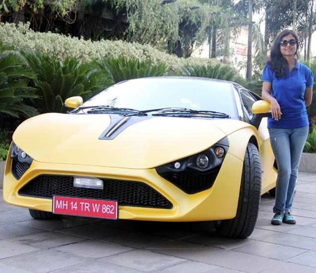 डीसी कारसोबत मालक अवंती सोनी - Divya Marathi