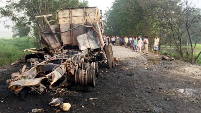 मध्य रात्री 50 सिलिंडरचा स्फोट, ग्रामस्थांना वाटले पाकिस्तानने केला हल्ला देश,National - Divya Marathi