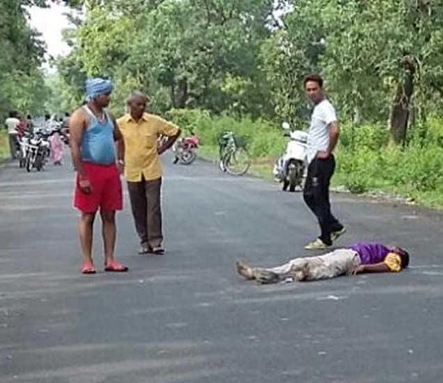 हत्या केल्यानंतर नक्षलवाद्यांनी रस्त्यावर मृतदेह फेकून दिले. - Divya Marathi