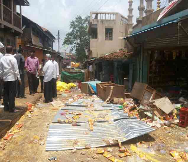 दंगलखोरांनी दुकानांतील सामान रस्त्यावर फेकले - Divya Marathi