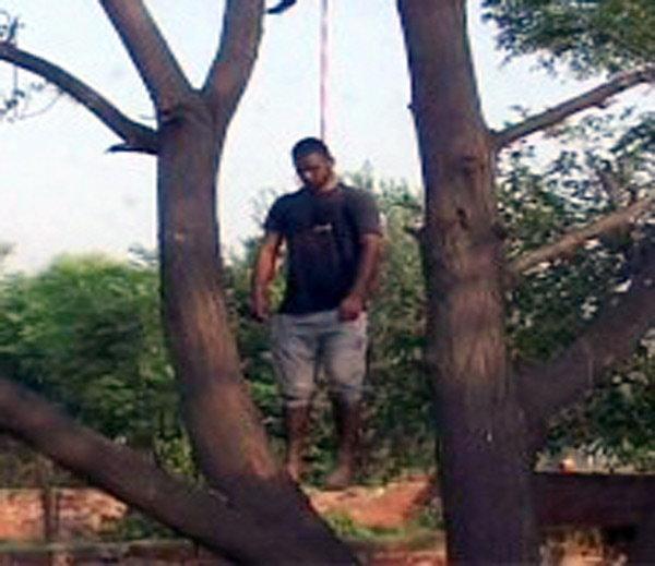 रक्ताच्या थारोळ्यात पडला होता तरुणीचा मृतदेह, तरुणाने केली होती आत्महत्या| - Divya Marathi