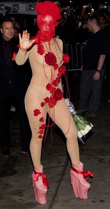 PICS: लेडी गागाचा बोल्ड अवतार, ट्रान्सपरंट ड्रेसमध्ये दिल्या पोज| - Divya Marathi