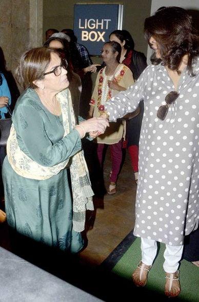 सलमानने फॅमिली-फ्रेंड्ससोबत पाहिला 'बजरंगी भाईजान', सैफसोबत पोहोचली बेबो| - Divya Marathi