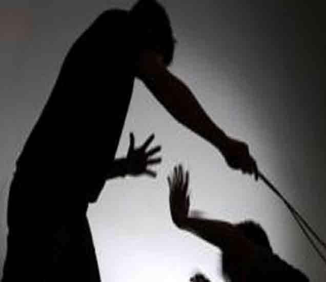 अहमदनगर : शिक्षकाने मुलींना झोडपले, ११ मुली जखमी अहमदनगर,Ahmednagar - Divya Marathi