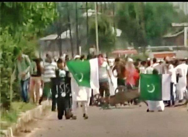 काश्मीरमध्ये राजकीय वातावरण तापले, पुन्हा फडकावले पाकिस्तानचे झेंडे|देश,National - Divya Marathi