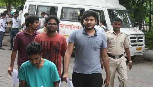 पुण्यात कॉकटेल पार्टीवर पोलिसांची धाड, मद्यधुंद 60 तरुण-तरुणींना पकडले! पुणे,Pune - Divya Marathi