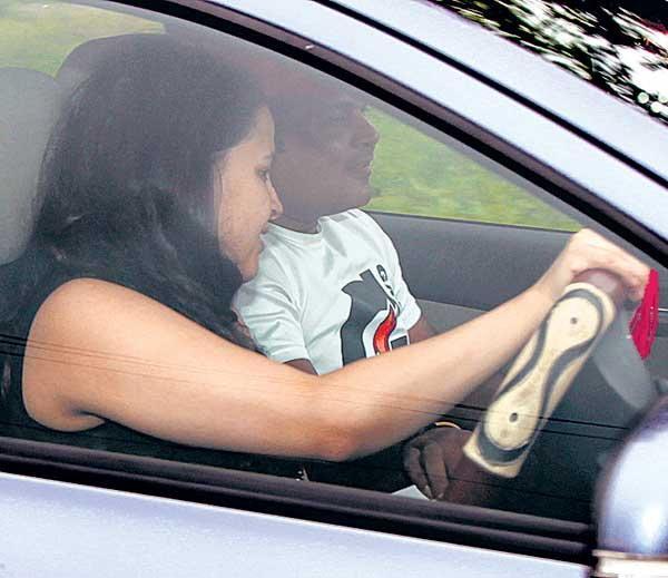 PHOTOS: साक्षी धोनी घेत आहे ड्रायव्हिंग प्रशिक्षण, रांचीमधील रोडवर दिड तास चालवते कार|स्पोर्ट्स,Sports - Divya Marathi