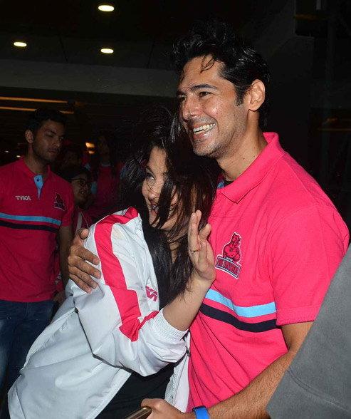 आमिरने मुलांसोबत पाहिली कबड्डी, बच्चन्सने केले अभिषेकच्या टीमला चीअर| - Divya Marathi