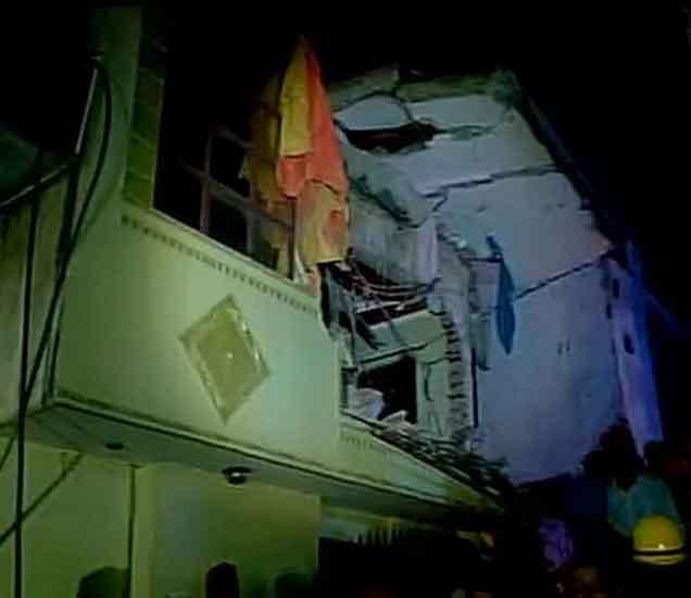 दिल्लीत चार मजली इमारत कोसळली, दोन महिलांसह तिघांचा मृत्यू|देश,National - Divya Marathi