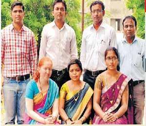 जळगावात शिक्षकांची स्वखर्चातून स्कूल बससेवा, खेडीतील सद्गुरू विद्यालयातील सात शिक्षकांचा अनोखा उपक्रम|जळगाव,Jalgaon - Divya Marathi