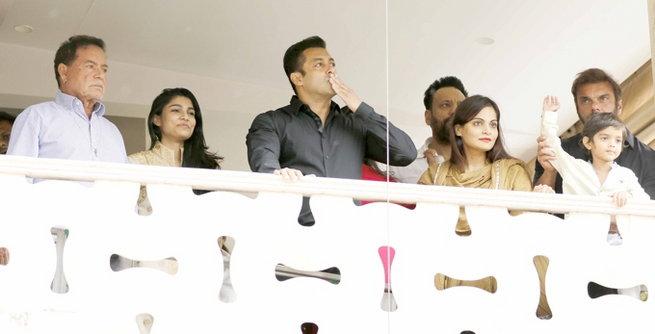 Inside Photos: ईद पार्टीत सेल्फी मूडमध्ये दिसला सलमान, Ex-गर्लफ्रेंडसुद्धा पोहोचली  - Divya Marathi