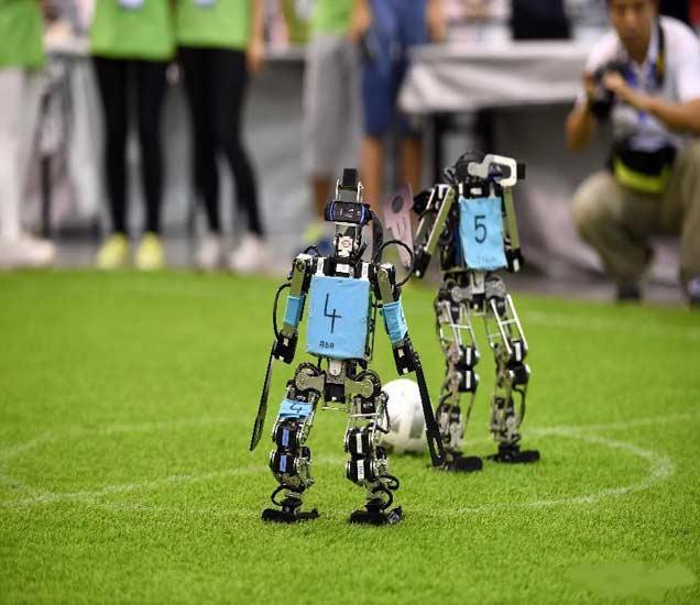 येथे रंगतात रोबोट्सच्या फुटबॉल मॅचेस, 47 देशांतील रोबोट्स स्पर्धेत उतरतात|विदेश,International - Divya Marathi