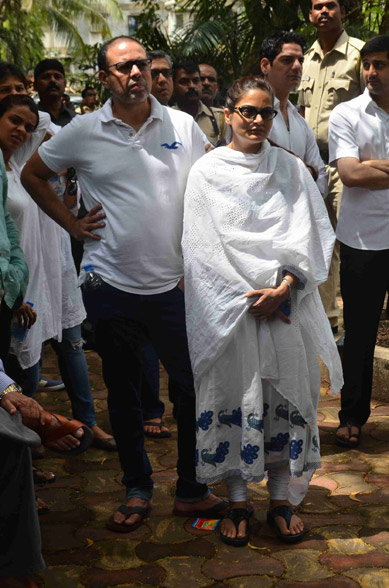 ईदच्या नमाजनंतर फॅमिली फ्रेंडच्या अंत्यसंस्कारात पोहोचला होता सलमान खान| - Divya Marathi