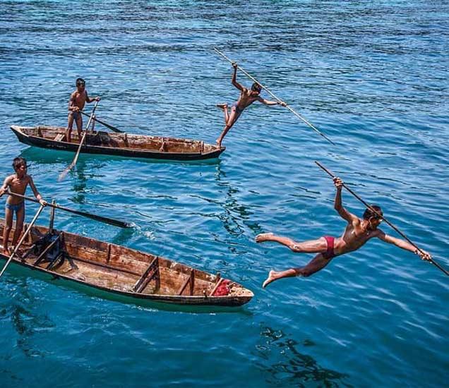 असे आहे बर्माच्या साधुंचे-खानाबदोशोंचे आयुष्य, फोटोग्राफरने टिपले PHOTOS देश,National - Divya Marathi