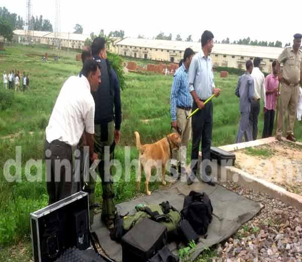 हरियणात आढळले रेल्वे रुळाजवळ 7 बॉम्ब; दोन तास ट्रेन थांबल्या|देश,National - Divya Marathi