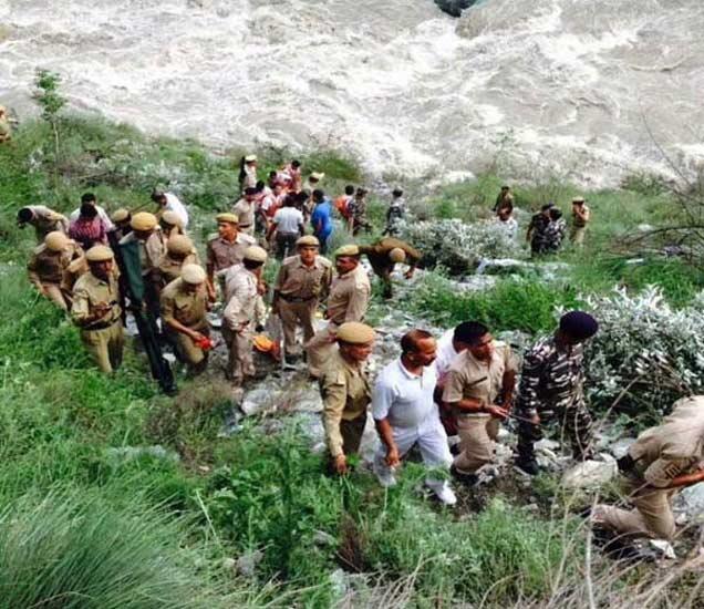 घटनास्थळी पोलिस आणि मदतकार्य करणारे पथकाचे सदस्य. - Divya Marathi