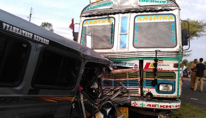 PHOTOS: लातूर-नांदेड रस्त्यावर ट्रक-क्रूजरचा भीषण अपघात, 7 प्रवासी जागीच ठार  - Divya Marathi