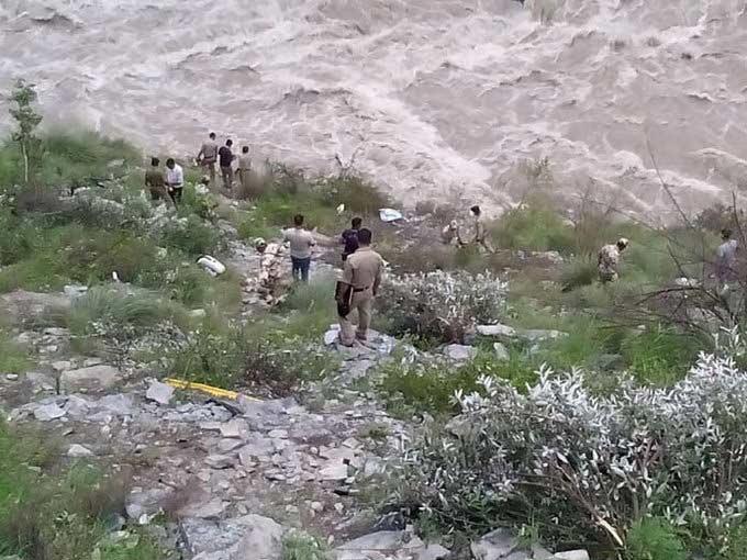 PHOTOS : बस नदीत कोसळली, सात ठार, 28 बेपत्ता तर 23 गंभीर देश,National - Divya Marathi