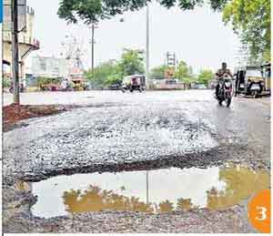 चार तासांत रस्ते खड्ड्यात, पावसाने वाढवला खड्ड्यांचा ताप जळगाव,Jalgaon - Divya Marathi