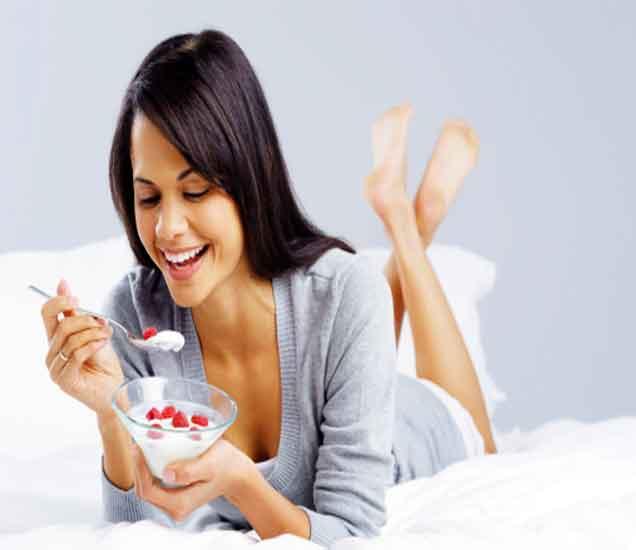झोपण्याआधी चुकुनही करू नका या गोष्टी, भोगावे लागतील दुष्परीणाम  - Divya Marathi