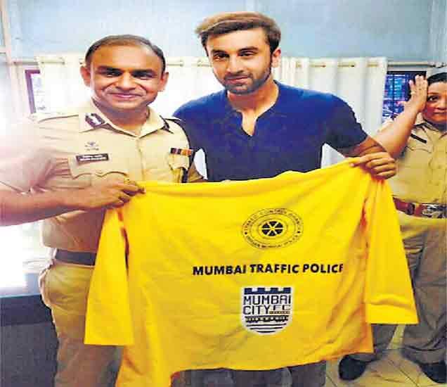 रणबीरकडून दोन हजार वाहतूक पोलिसांना रेनकोटचे वाटप|मुंबई,Mumbai - Divya Marathi