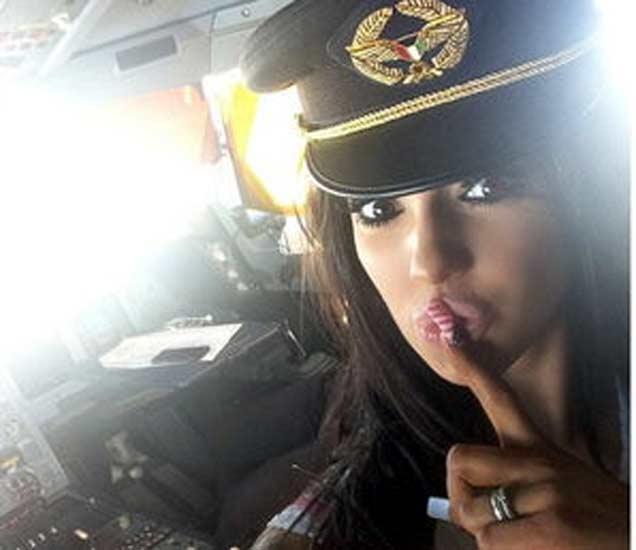 पूर्वाश्रमीच्या पोर्न स्टारला पायलटने बसवले कॉकपिटमध्ये, समोर आले PHOTO विदेश,International - Divya Marathi