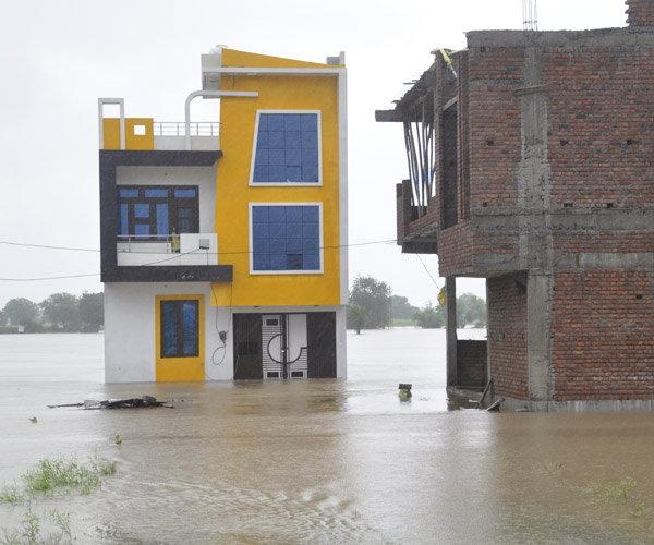 राजस्थानात पूर: टेकडीवर अडकलेल्या लोकांच्या मदतीला धावून आली गुजरातची रेस्क्यू टीम|देश,National - Divya Marathi