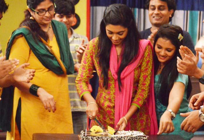 PIX : \'दिल दोस्ती दुनियादारी\'च्या सेटवर या अंदाजात झाले सखीचे B\'day सेलिब्रेशन|मराठी सिनेकट्टा,Marathi Cinema - Divya Marathi
