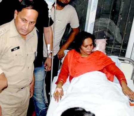 मंगळवारी रुग्णालयात साध्वी प्राची. - Divya Marathi
