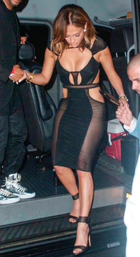 पार्टीत या हसीनाने परिधान केला असा बोल्ड ड्रेस, पाहून व्हाल आकर्षित| - Divya Marathi
