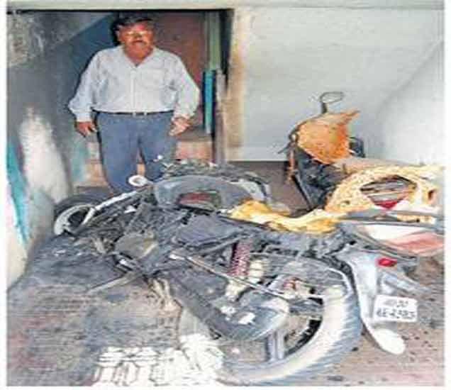 जिन्याखाली ठेवलेल्या दोन दुचाकी जाळल्या|अकोला,Akola - Divya Marathi