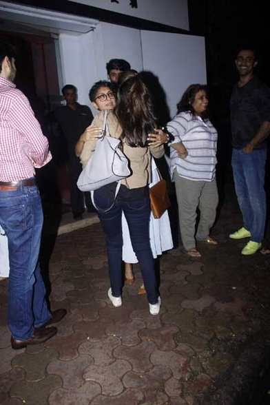 स्टायलिश लूकमध्ये दिसली बिग बींची मुलगी आणि नातवंड, रेस्तराँबाहेर झाले Spot|देश,National - Divya Marathi